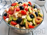 Студена гръцка салата от паста фузили с чери домати, краставици, маслини и сирене фета
